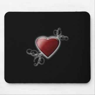 Corazón rojo del amor que brilla intensamente alfombrilla de ratón