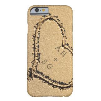 Corazón romántico en las iniciales de la arena funda de iPhone 6 barely there