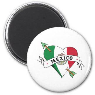 Corazón y flecha del tatuaje con la bandera mexica imanes de nevera
