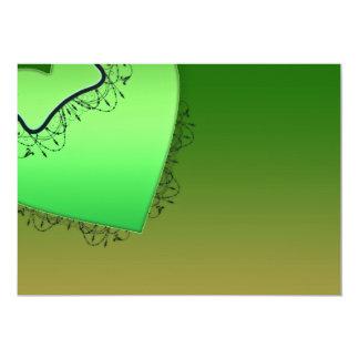 Corazón y remolinos verdosos del negro invitación 12,7 x 17,8 cm