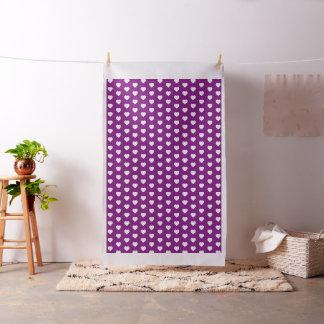 Corazones blancos en púrpura brillante tela