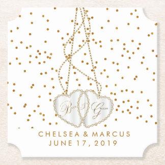 Corazones de la novia y del novio con los puntos posavasos de papel