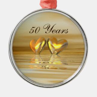Corazones de oro del aniversario adorno redondo plateado