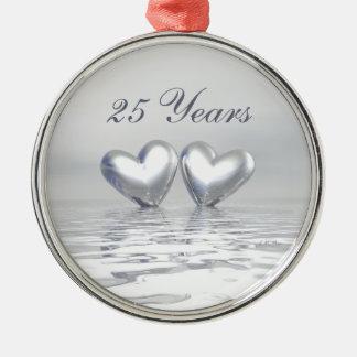 Corazones de plata del aniversario adorno redondo plateado