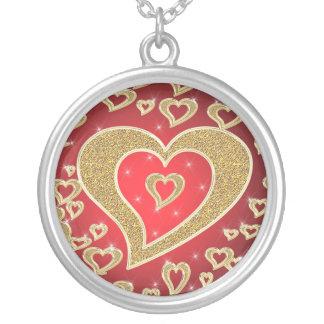 corazones del oro en fondo rojo colgante redondo