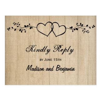 Corazones dobles de madera rústicos que casan las postal
