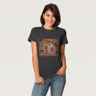Corazones en la camiseta del fuego de Sonya