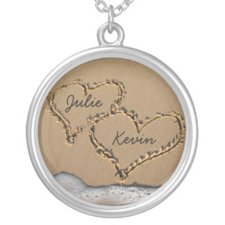 Corazones personalizados en el collar de la arena