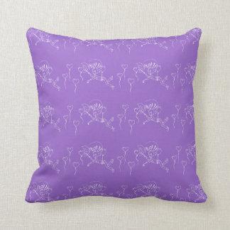 Corazones púrpuras del estallido del globo del cojín decorativo