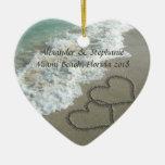 Corazones románticos en el ornamento del navidad d adornos