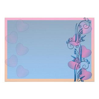Corazones rosáceos y regalo azulado de la tarjeta  invitaciones personales