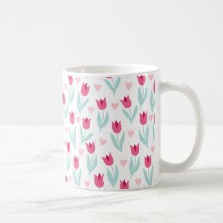 Corazones rosados de las flores de los tulipanes taza de café