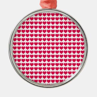 Corazones rosados del caramelo del lápiz labial en adorno redondo plateado