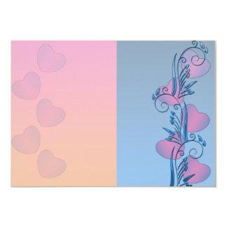 Corazones rosados expresivos y floral azul invitación 12,7 x 17,8 cm