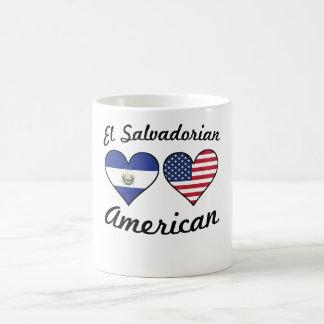 Corazones salvadoreños de la bandera americana del taza de café