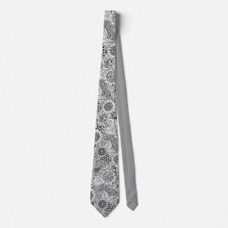 Corbata modelo blanco y negro floral