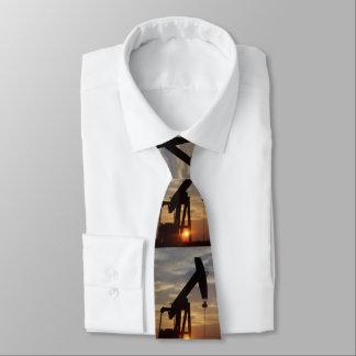 Corbatas Personalizadas Aceite de Tejas que bombea en la puesta del sol