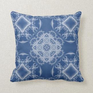 Cordón blanco del fractal en azul cojín decorativo