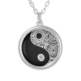 Cordón blanco y negro de Yin Yang Collar Plateado