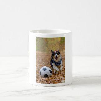 Corgi que juega a fútbol taza de café
