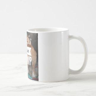 Corgis contra la taza de café del triunfo