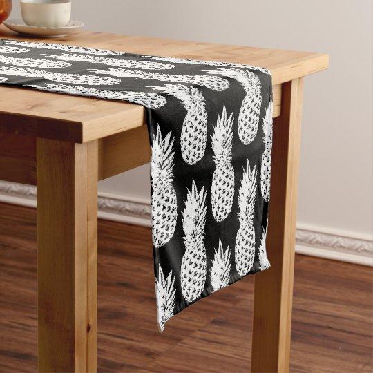 Corredor blanco y negro de la tabla del modelo de camino de mesa corto