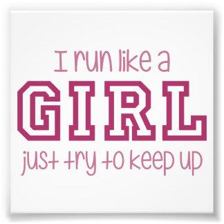 Corro como un intento del chica apenas para fotografias