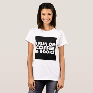 Corro en el café y la camiseta del blanco de los
