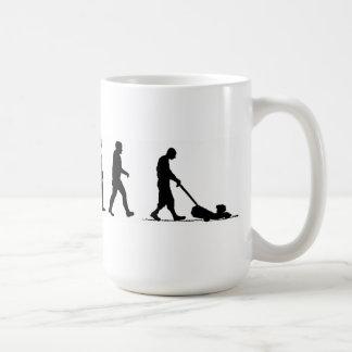 cortacésped del césped del hombre de la evolución taza de café