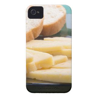 Corte las rebanadas de queso en un primer de la funda para iPhone 4