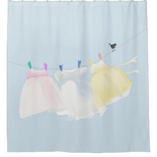 Cortina De Ducha Los pequeños vestidos sobre la cuerda tienen ropa