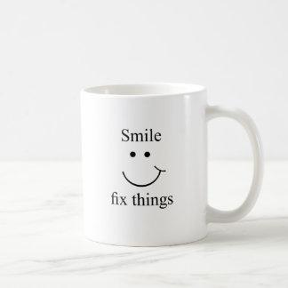 Cosas del arreglo de la sonrisa taza de café