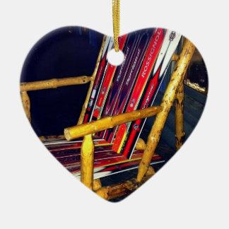 Cosas frescas de la silla del esquí a hacer con adorno navideño de cerámica en forma de corazón