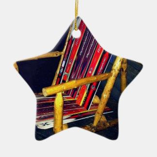 Cosas frescas de la silla del esquí a hacer con adorno navideño de cerámica en forma de estrella