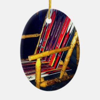 Cosas frescas de la silla del esquí a hacer con adorno navideño ovalado de cerámica