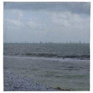 Costa de la playa con los veleros en el horizonte servilleta de tela