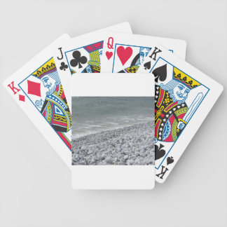 Costa de la playa en un día nublado en el verano baraja de cartas bicycle
