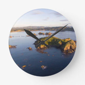 Costa idílica Nueva Zelanda de la bahía suave Reloj Redondo Mediano
