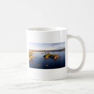 Costa idílica Nueva Zelanda de la bahía suave Taza De Café