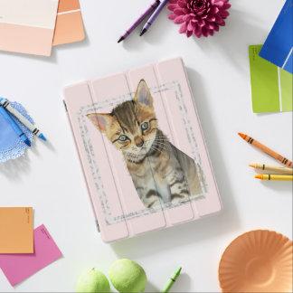 Cover De iPad Pintura del gatito del Tabby con el falso marco de