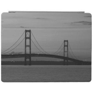 Cover De iPad Puente de Mackinac en el Grayscale de la oscuridad