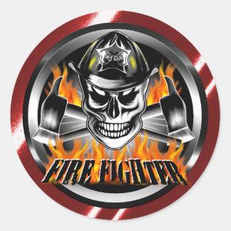 Cráneo 4 del bombero y hachas llameantes pegatina redonda