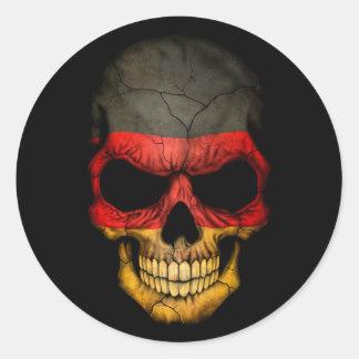 Cráneo alemán de la bandera en negro pegatina redonda
