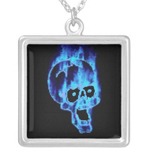 Cráneo azul del gótico en el fuego grimpolas