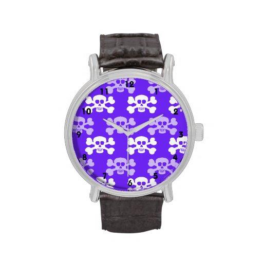 Cráneo azul, púrpura y blanco violeta y huesos cru reloj de mano