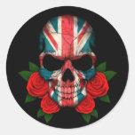Cráneo británico de la bandera con los rosas rojos etiquetas