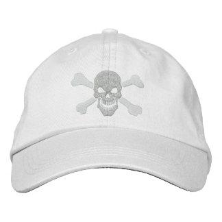 Cráneo clásico de la bandera pirata del pirata en gorra de béisbol bordada