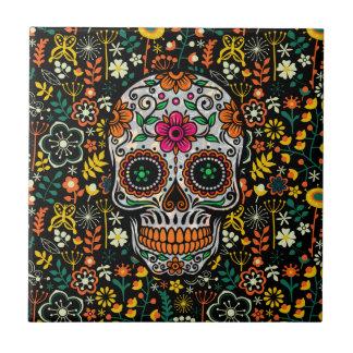 Cráneo colorido del azúcar con el fondo retro de azulejo cuadrado pequeño