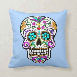 Cráneo colorido del azúcar con la cruz y las cojín decorativo
