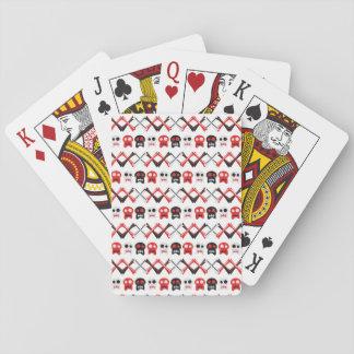 Cráneo cómico con el modelo colorido cruzado de baraja de cartas